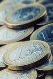 Euro- moedas Euro- dinheiro Euro- moeda Moedas empilhadas em se em posições diferentes Fotografia de Stock Royalty Free