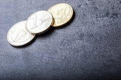 Euro- moedas Euro- dinheiro Euro- moeda Moedas empilhadas em se em posições diferentes Foto de Stock Royalty Free