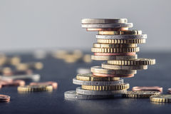 Euro- moedas Euro- dinheiro Euro- moeda Moedas empilhadas em se em posições diferentes Imagens de Stock