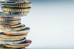 Euro- moedas Euro- dinheiro Euro- moeda Moedas empilhadas em se em posições diferentes Imagem de Stock