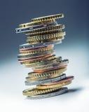 Euro- moedas Euro- dinheiro Euro- moeda Moedas empilhadas em se em posições diferentes Foto de Stock