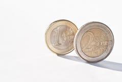 Euro- moedas sobre o branco Fotografia de Stock Royalty Free