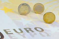 Euro-monedas en Euro-billete de banco Fotografía de archivo