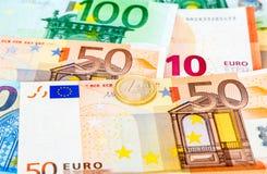Euro moneta che si trova sopra le euro banconote di valuta Fotografie Stock