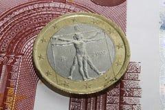 Euro moneta che sta sul biglietto Fotografia Stock Libera da Diritti