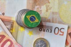 Euro moneta con la bandiera nazionale del Brasile sugli euro precedenti delle banconote dei soldi Fotografie Stock Libere da Diritti