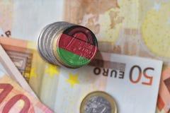 Euro moneta con la bandiera nazionale del Malawi sugli euro precedenti delle banconote dei soldi Immagini Stock Libere da Diritti