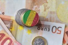 Euro moneta con la bandiera nazionale del Mali sugli euro precedenti delle banconote dei soldi Immagini Stock Libere da Diritti
