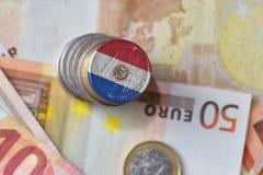 Euro moneta con la bandiera nazionale del Paraguay sugli euro precedenti delle banconote dei soldi Immagine Stock