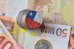 Euro moneta con la bandiera nazionale del peperoncino rosso sugli euro precedenti delle banconote dei soldi Fotografia Stock