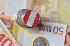 Euro moneta con la bandiera nazionale del Perù sugli euro precedenti delle banconote dei soldi Fotografia Stock Libera da Diritti