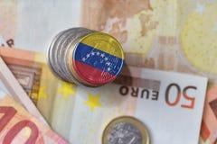 Euro moneta con la bandiera nazionale del Venezuela sugli euro precedenti delle banconote dei soldi Immagini Stock Libere da Diritti