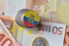 Euro moneta con la bandiera nazionale dell'Ecuador sugli euro precedenti delle banconote dei soldi Fotografie Stock