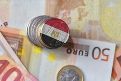Euro moneta con la bandiera nazionale dell'egitto sugli euro precedenti delle banconote dei soldi Fotografia Stock Libera da Diritti