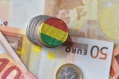 Euro moneta con la bandiera nazionale della Bolivia sugli euro precedenti delle banconote dei soldi Fotografia Stock Libera da Diritti