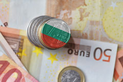 Euro moneta con la bandiera nazionale della Bulgaria sugli euro precedenti delle banconote dei soldi Fotografia Stock