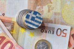 Euro moneta con la bandiera nazionale della Grecia sugli euro precedenti delle banconote dei soldi Fotografie Stock Libere da Diritti
