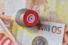 Euro moneta con la bandiera nazionale della Tunisia sugli euro precedenti delle banconote dei soldi Fotografia Stock