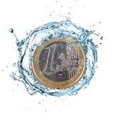 Euro moneta con la spruzzata dell'acqua Immagini Stock