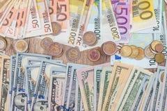 Euro moneta con le fatture dell'euro e del dollaro Fotografia Stock