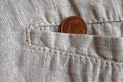 Euro moneta con una denominazione di 1 euro centesimo nella tasca dei pantaloni di tela consumati Fotografia Stock
