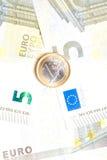 Euro moneta dei soldi sulle banconote Fotografie Stock