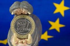Euro moneta del Greco uno in bocca della figurina dell'ippopotamo Fotografia Stock Libera da Diritti