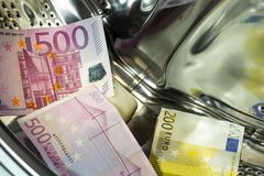 Euro/moneta europea, alta denominazione nella lavatrice, concetto di riciclaggio di denaro fotografie stock