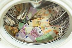 Euro/moneta europea, alta denominazione nella lavatrice, concetto di riciclaggio di denaro fotografie stock libere da diritti