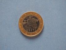 1 euro moneta, Unione Europea, Estonia sopra il blu Fotografia Stock Libera da Diritti