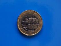 1 euro moneta, Unione Europea, Finlandia sopra il blu Fotografie Stock Libere da Diritti