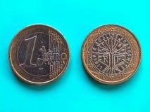 1 euro moneta, Unione Europea, Francia sopra verde blu Immagini Stock Libere da Diritti