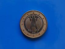 1 euro moneta, Unione Europea, Germania sopra il blu Fotografie Stock Libere da Diritti