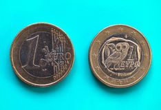1 euro moneta, Unione Europea, Grecia sopra verde blu Immagini Stock Libere da Diritti
