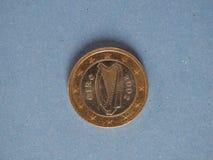 1 euro moneta, Unione Europea, Irlanda sopra il blu Fotografia Stock