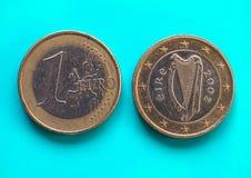 1 euro moneta, Unione Europea, Irlanda sopra verde blu Immagini Stock