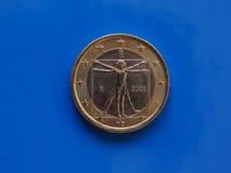 1 euro moneta, Unione Europea, Italia sopra il blu Immagini Stock Libere da Diritti