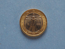 1 euro moneta, Unione Europea, Italia sopra il blu Immagini Stock