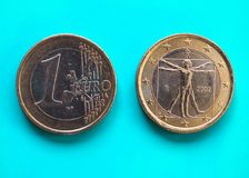 1 euro moneta, Unione Europea, Italia sopra verde blu Fotografia Stock Libera da Diritti
