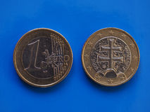 1 euro moneta, Unione Europea, Slovacchia sopra il blu Fotografia Stock