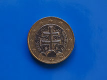 1 euro moneta, Unione Europea, Slovacchia sopra il blu Fotografie Stock Libere da Diritti