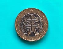 1 euro moneta, Unione Europea, Slovacchia sopra verde blu Fotografia Stock Libera da Diritti