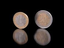 Euro monete che stanno sul nero Fotografie Stock