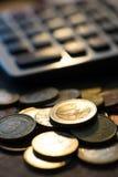 Euro monete con il calcolatore, concetto dei soldi, fine sulle euro monete Immagine Stock