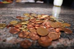Euro monete dei soldi sparse su una tavola Fotografia Stock