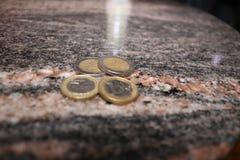 Euro monete dei soldi sparse su una tavola Immagini Stock Libere da Diritti