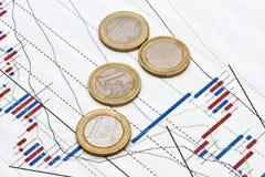 Euro monete e priorità bassa del grafico commerciale Immagini Stock Libere da Diritti