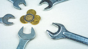 Euro monete e strumenti della chiave come simbolo di economia dell'europeo di riconfigurazione Fotografia Stock