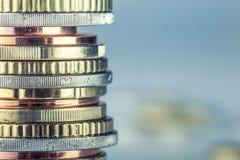 Euro monete Euro soldi Euro valuta Monete impilate su a vicenda nelle posizioni differenti Immagine Stock