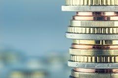 Euro monete Euro soldi Euro valuta Monete impilate su a vicenda nelle posizioni differenti Fotografia Stock